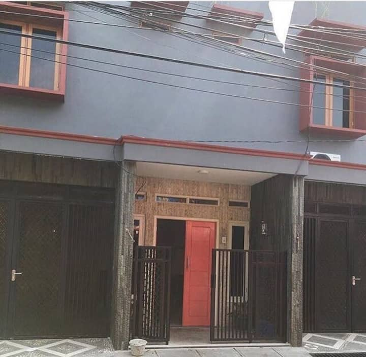 "5 Bedroom at ""Rumah Eyang"" (Ladies & MAHRAM ONLY!)"