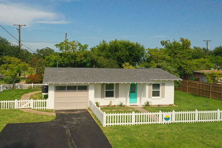 Reel Happy Rockport: Updated Bungalow, Walk to Bay