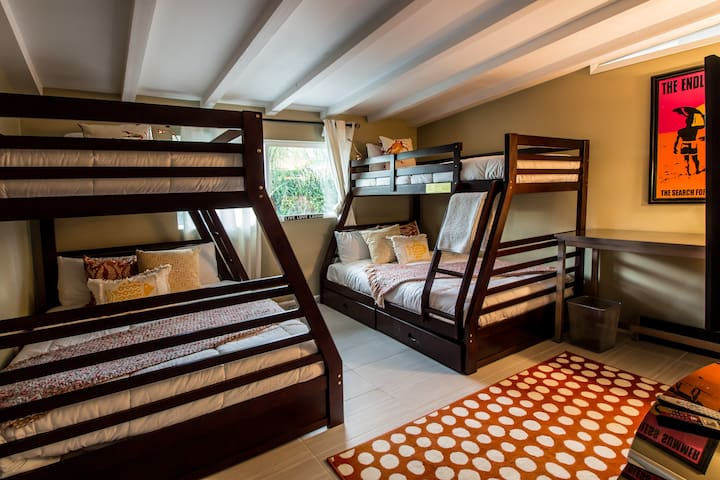 2 Full Size Beds (lower) 2 Twin Size Beds (Upper)