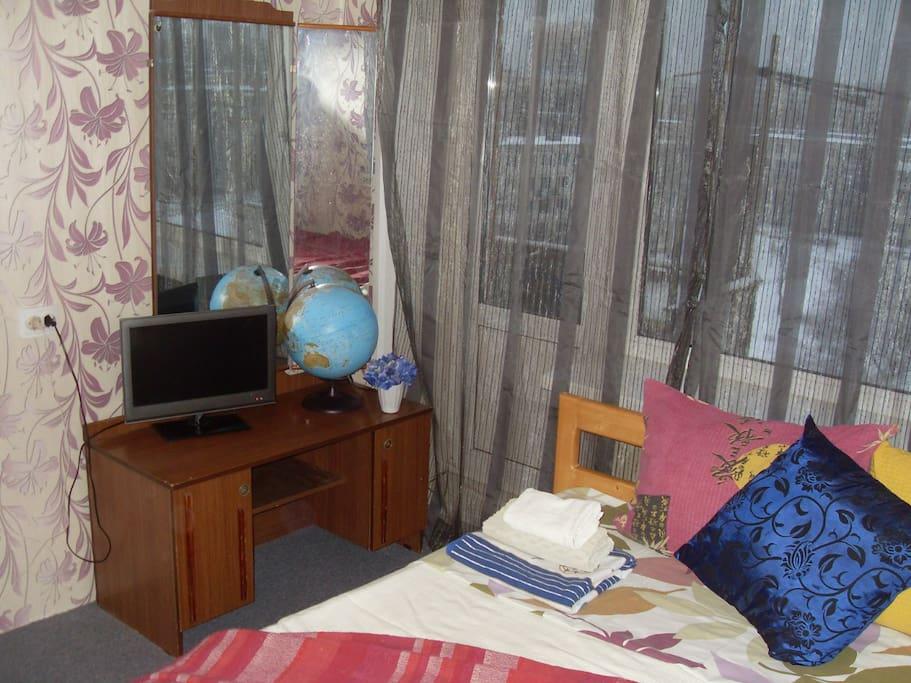 Трюмо, две деревянные односпальные кровати (их можно сдвинуть, можно поставить раздельно), телевизор