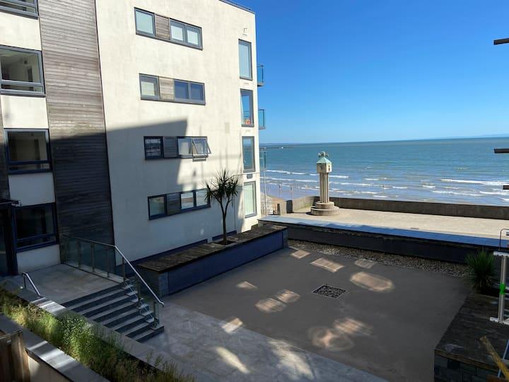 Beachfront!!  Lovely Contemporary Marina Apartment