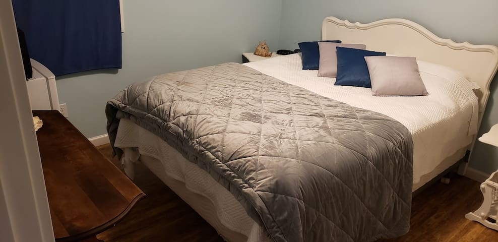 Elk Lake Hostel Guest Room ~ Queen bed for 2