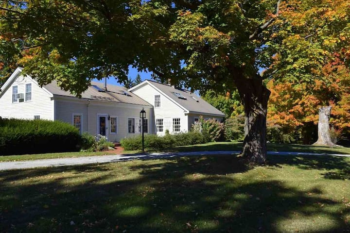 Cornwall Orchards B&B Queen near Middlebury