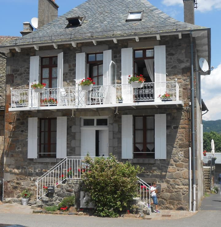 L'oustal Lou Pastre au pied des Volcans d'Auvergne