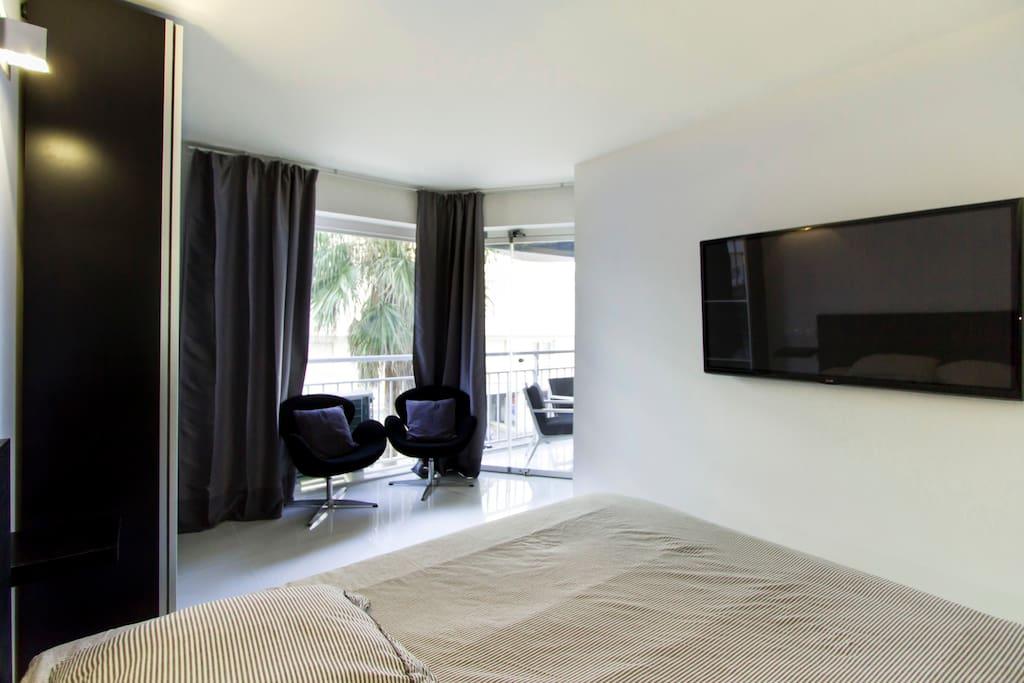 Chambre équipée d'une TV 130cm. Accès direct a la terrasse par baie vitrée rétractable. Volets roulants et rideaux.