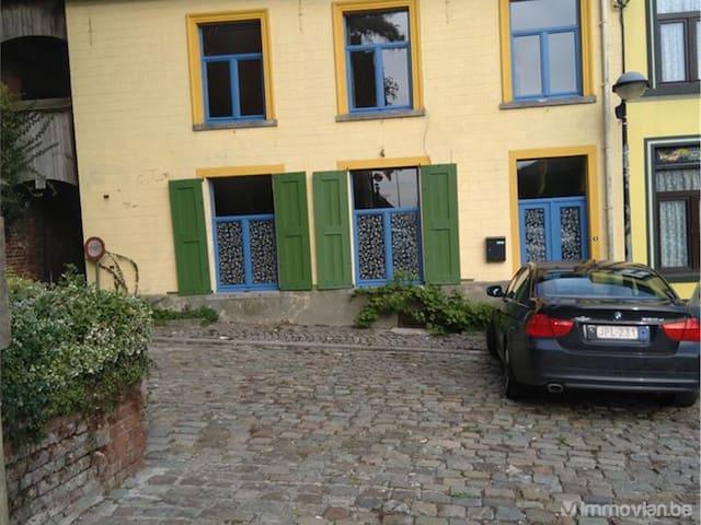 Maison d'artiste avec jardin: chambre double-lit