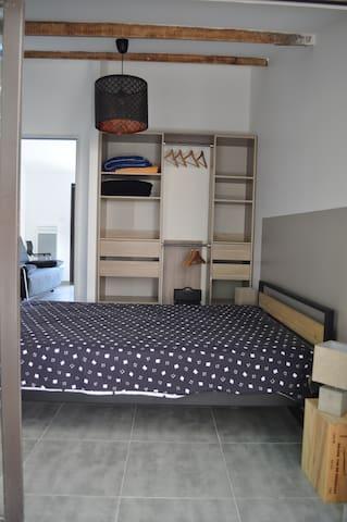 Chambre avec lit en 140 + penderie