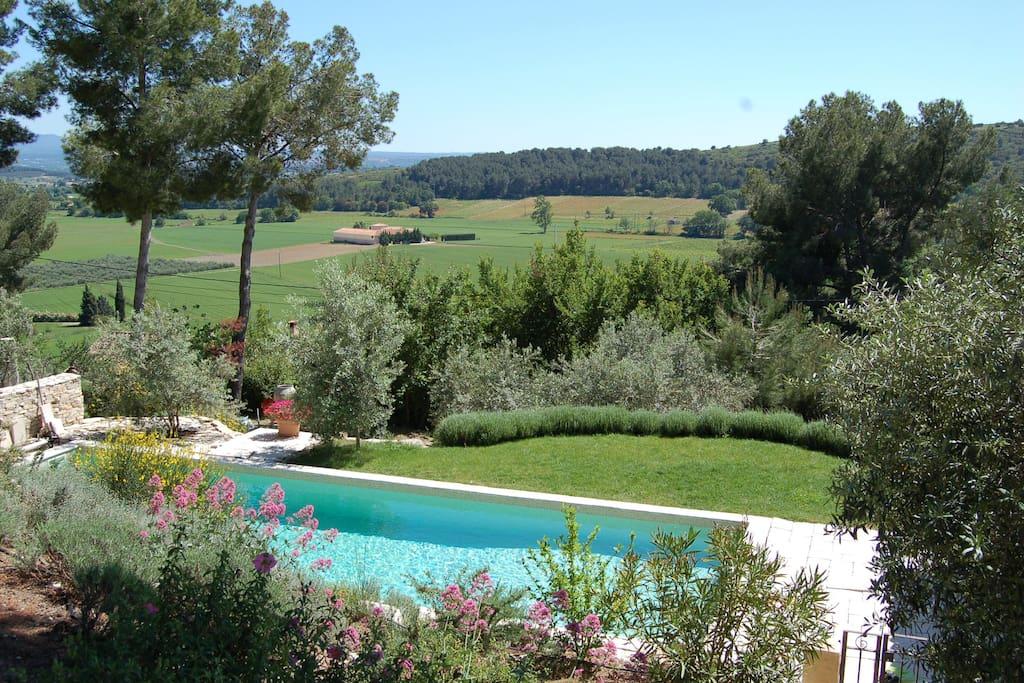 La vue sur la vallée et la piscine 12x4,5m