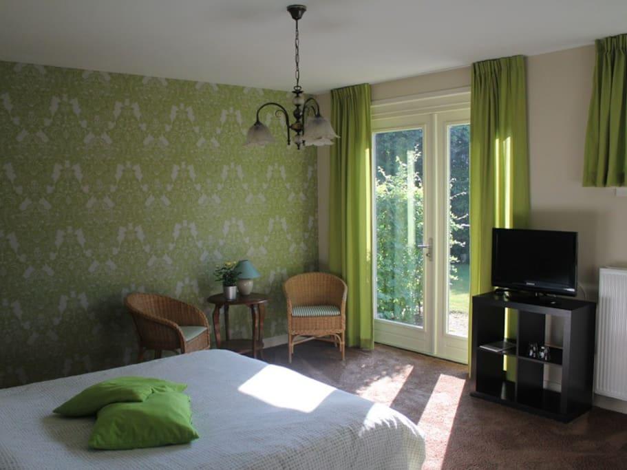 Ruime luxe kamer met eigen badkamer en flatscreen TV