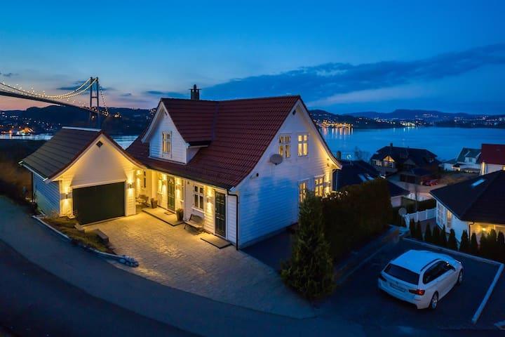 Enebolig med flott sjøutsikt sentralt i Bergen. - Bergen - House