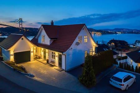 Enebolig med flott sjøutsikt sentralt i Bergen. - 베르겐