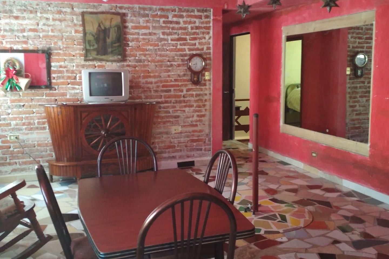 Una sala iluminada, con muebles y decorado tradicional.