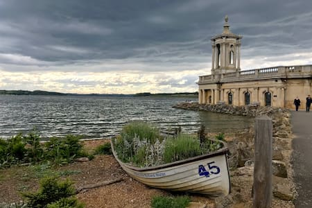 Walk to  Rutland Water from two bed studio flat.