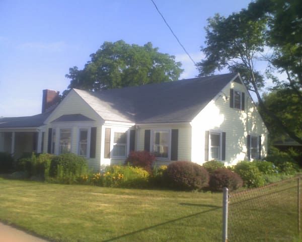 Classic 3 BDRM/1BA Ranch Home - East Providence - Casa