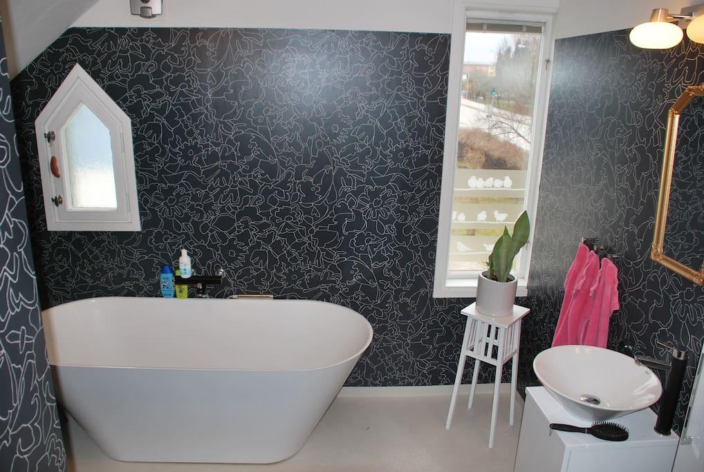 Nyrenoverat badrum med badkar