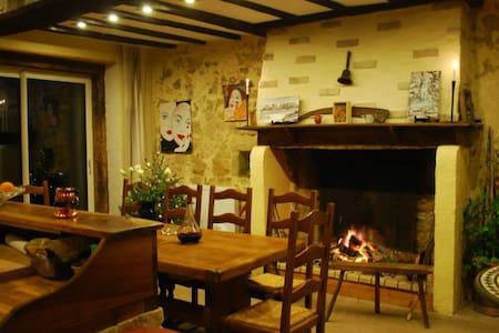 Chaleureux séjour campagnard - Ygrande - 家庭式旅館
