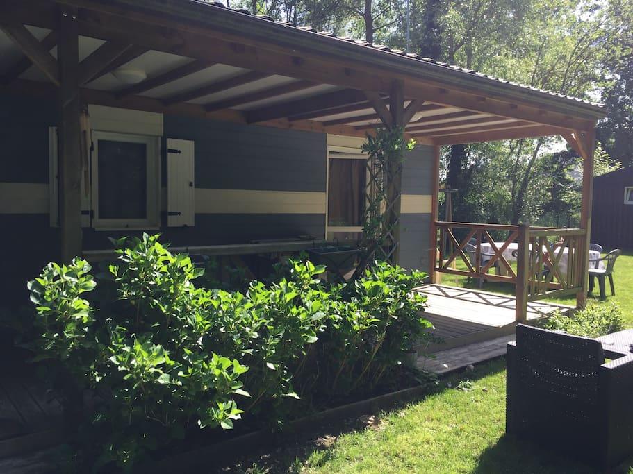 La terrasse extérieure face au bois si reposant