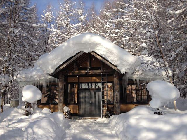 六芸庵・囲炉裏のあるワイルドな男の隠れ家・ 比布スキー場まで車で1分