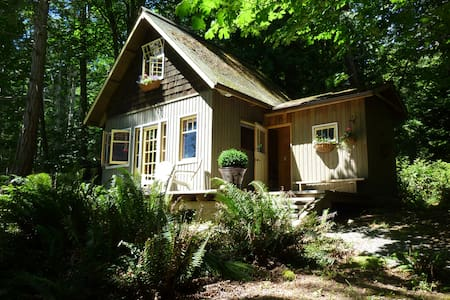 Hidden Retreat - walk to beaches - Salt Spring Island - Kulübe