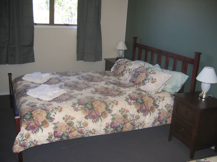 Queen size bed and a single bed in the bedroom