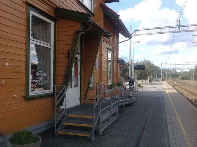 Stasjon/stasjonscafe, 25 min. med tog til Oslo S