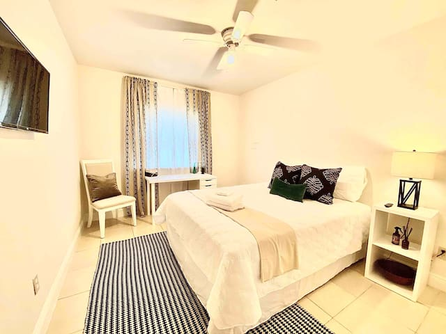 Stylish & Comfy Private Bedroom in Townhouse