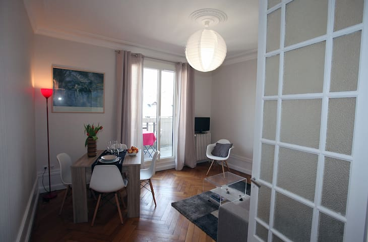 Le salon depuis la cuisine - The living room seen from the kitchen