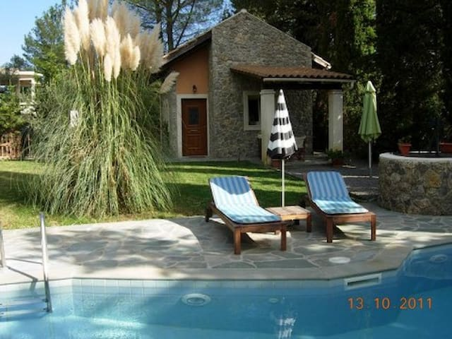 Petrinos Cottage with private pool in Dassia. New!