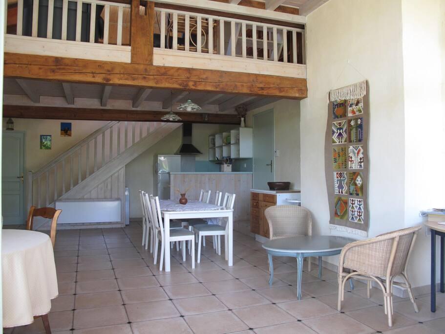 Grande pièce à vivre , avec cuisine ouverte et salon en mezzanine