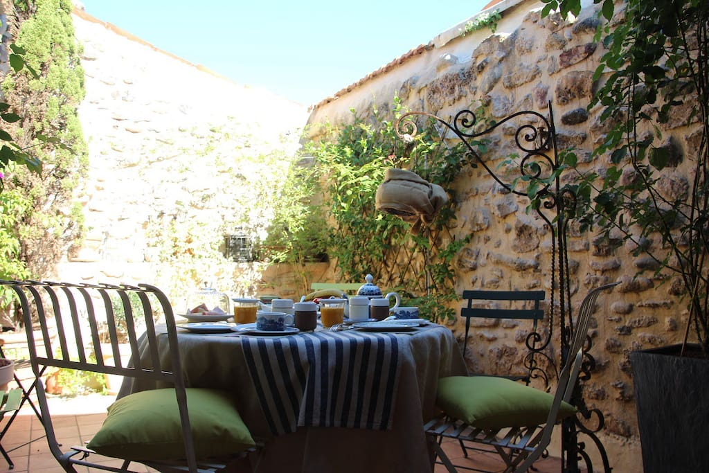 La maison sur la place 4 pers bed breakfasts for rent in ceyras la - La maison sur la place ...
