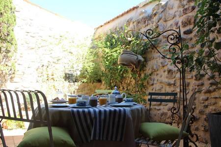 La maison sur la place (4 pers) - Ceyras - Bed & Breakfast