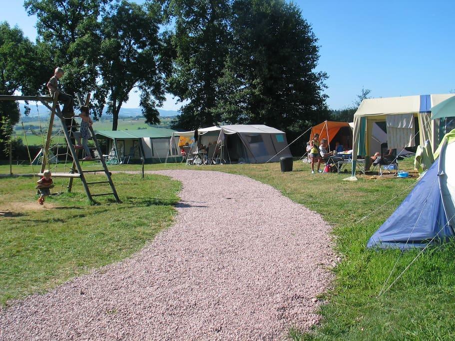 Klein terrein met 2 Hutten en 3 caravans voor de verhuur