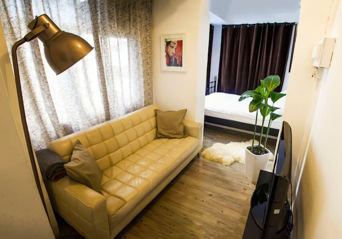 Cosy SOHO Studio in Central HK - IDEAL LOCATION