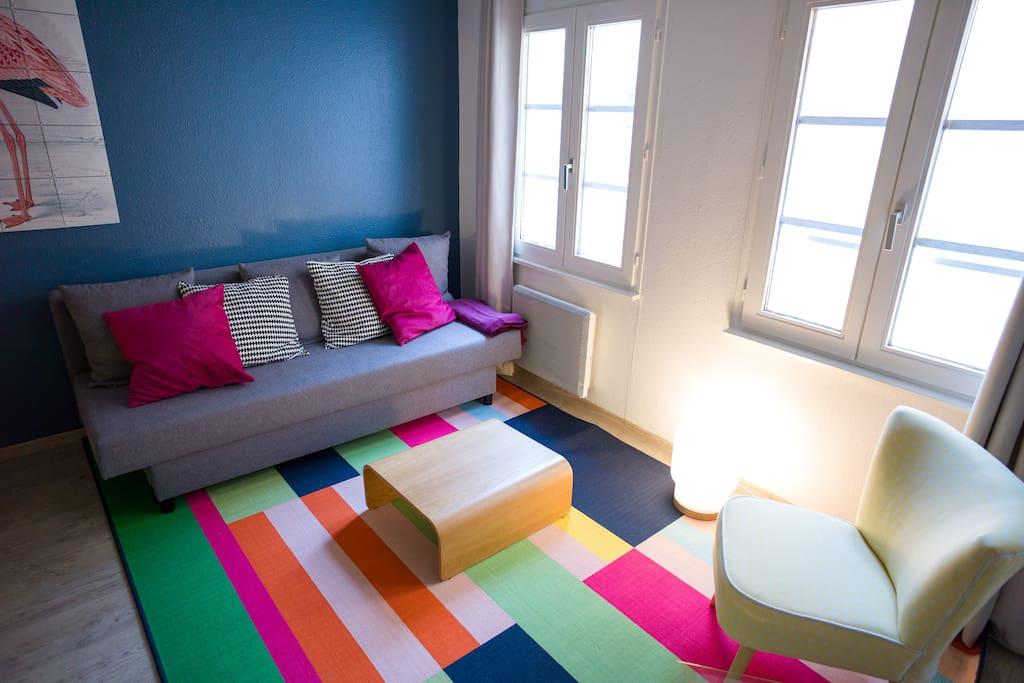 Une table basse et un tapis pour se détendre.