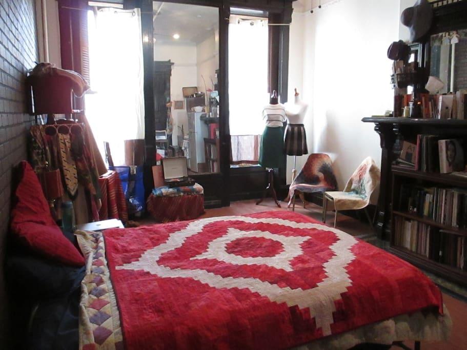 Quirky brwnstone studio in harlem appartamenti in for Monolocale in affitto new york