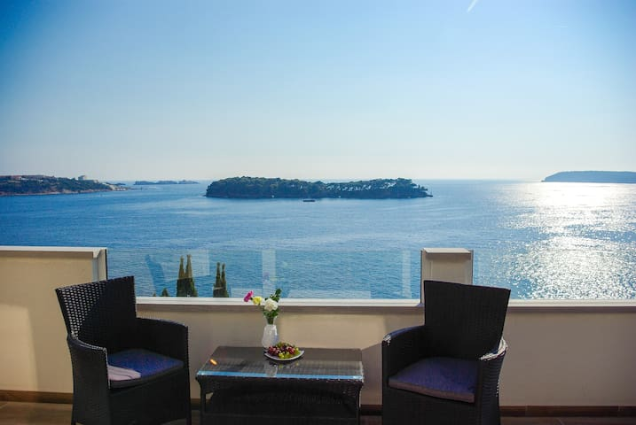 Sensational house next to beach impeccable view :) - Lozica - Hus