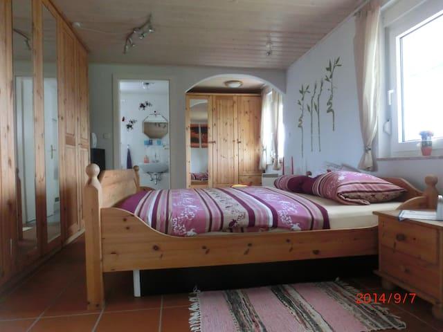Schlafzimmer mit einem Wasserbett (Beheizt) 2.00 m x 2.20 m