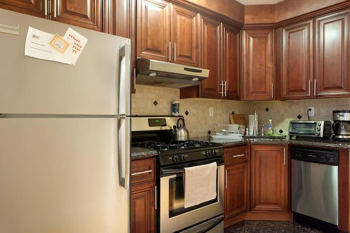 2 bedroom Duplex condo + yard 7 min to Manhattan