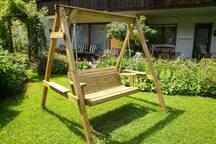Holzschaukel im Garten