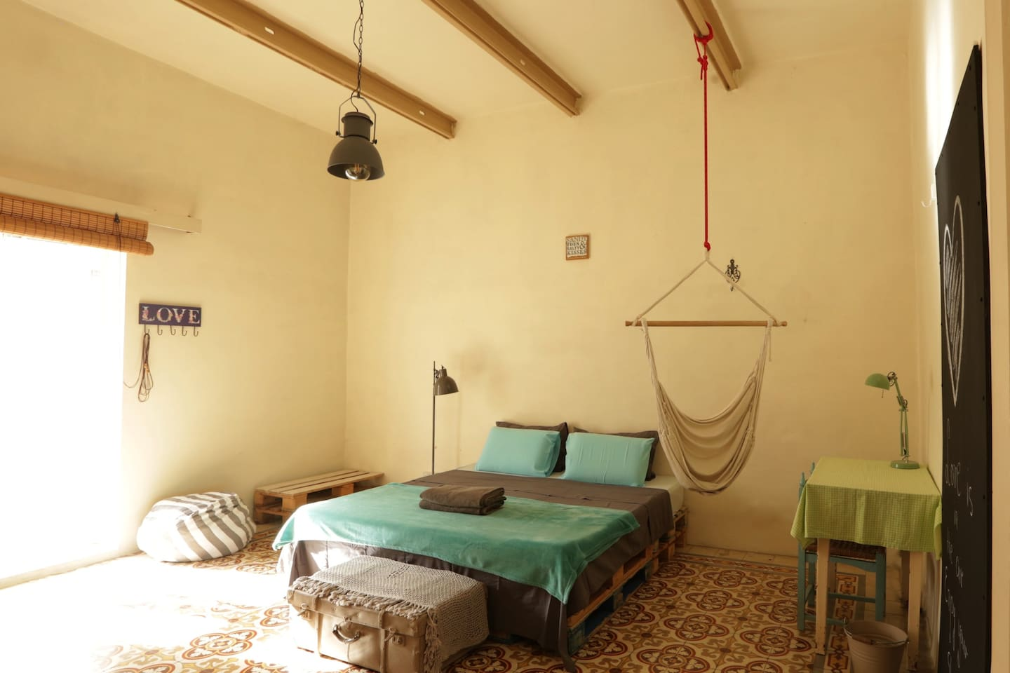 Pallet Room - A super comfortable Queen size bed, high ceilings, wide spaces and lots of light: enjoy your time and relax during your holidays!