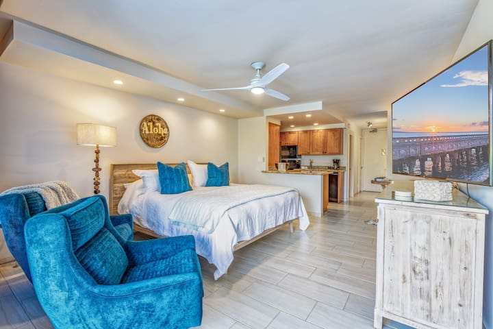 """Boutique condo, top quality king bed, Italian linens, comfortable theater lounge chairs, 65"""" HD Smart TV, fully equipped kitchen, beach gear, central AC.  Your Maui Adventure starts here!"""