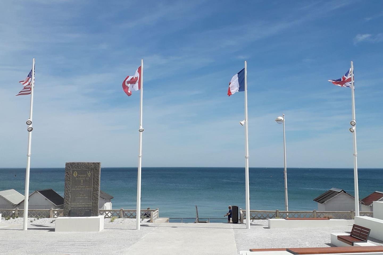 Place commémorative et la plage juste devant le porche donnant à votre logement