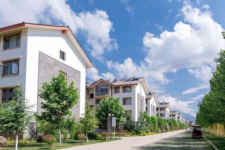 丽江束河古镇3卧室7人精装房一楼方便停车