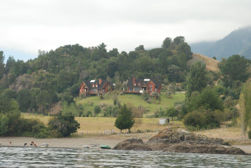Mirando las casas desde el lago.