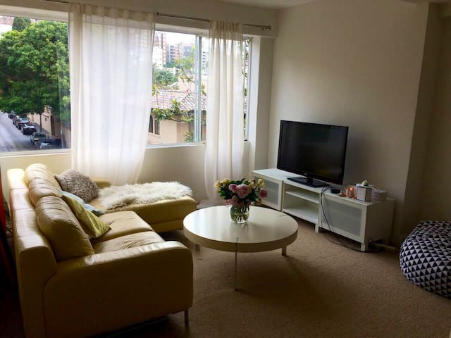 Private Room in a spacious Elizabeth Bay Apartment