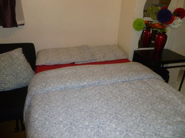 LONDON CHEAP AND QUICK TO CITY STUDIO. SLEEPS 2-4.