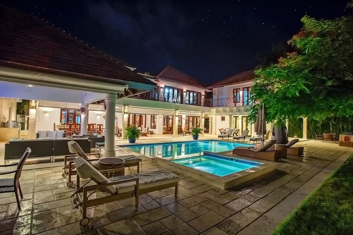 Immense fully-staffed 7-bedroom Home near Beach