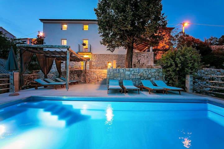 Wonderful Villa Eugenia with pool near the sea