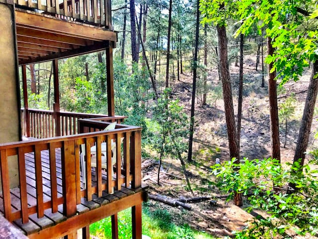 Deer Hollow -OUTDOOR HOT TUB - quiet wooded area!