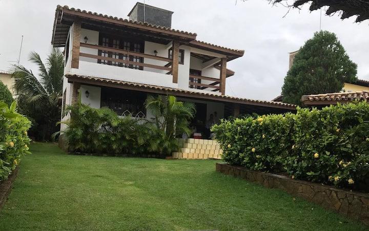 Aconchegante casa com piscina e lindo jardim.